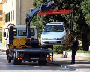 Ein Auto wird aus dem Halteverbot abgeschleppt