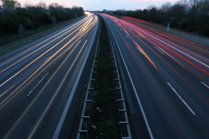 Autobahnverkehr mit Scheinwerferlicht bei Daemmerung