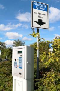 Ein Parkscheinautomat findet sich auf gebührenpflichtigen Parkflächen.