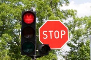 Es gibt auch Rote Ampel mit Stoppschild. Hier gilt: Lichtsignal vor Verkehrszeichen.