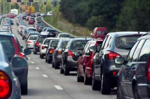 Wenn es zu einem Stau auf einer Autobahn kommt, sollte Abstand zum Vordermann gehalten werden.