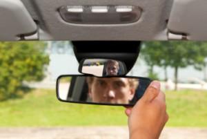 Beim Überholen muss auch der hintere Verkehr im Blick behalten werden.