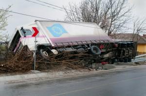 Ein LKW Unfall bei Überladung kann verheerende Folgen haben.
