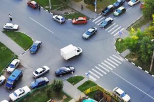 Der Beschilderung ist zu entnehmen, wer Vorfahrt an einer Kreuzung hat. Ansonsten gilt Rechts vor Links.