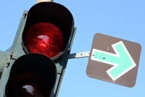 Abbiegen bei Grünpfeil: Fahrzeug muss mindestens 3 Sekunden an der Haltelinie stehen