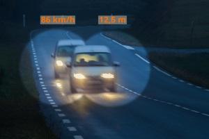 Wird der mindestens einzuhaltende Abstand unterschritten, drohen Punkte und ein Fahrverbot.
