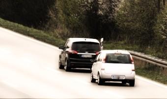 Zwei Autos beim Abstandsverstoss auf einer Autobahn