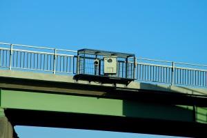 Auf der Autobahn kann der Sicherheitsabstand z. B. durch Brückenabstandsmessungen überprüft werden.