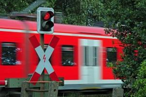 Bahnübergänge: Eine Bahnstrecke kann technisch durch eine Schranke gesichert sein.
