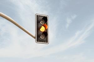 An der Ampel bei Gelb oder Orange geblitzt – was kostet das?