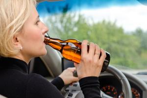 Bier zu trinken, ist während der Fahrt nicht grundsätzlich untersagt.