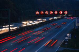 Blitzer mit einer Lichtschranke sind für die Fahrer nicht erkennbar.