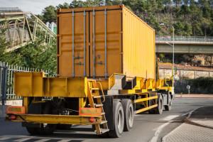 Bußgeld bei geringem Abstand für LKW? Laut Bußgeldkatalog sind mindestens 80 € fällig.