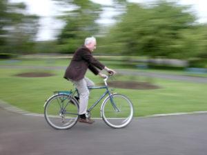 Es droht ein Bußgeld, wenn die rote Ampel mit dem Fahrrad überquert wird.