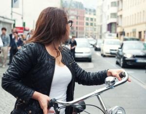 Laut Bußgeldkatalog darf eine rote Ampel mit dem Fahrrad nicht überfahren werden.