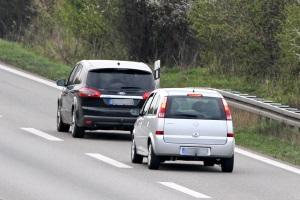 Drängeln im Straßenverkehr kann sowohl als Ordnungswidrigkeit als auch als Straftat behandelt werden.