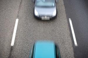 Auf das Drängeln kann eine Strafe folgen, wenn Sie den Abstand zum Vorausfahrenden auf wenige Meter verringern.