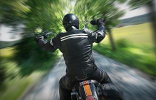 Erste Hilfe: Einem Motorradfahrer sollte man den Helm abnehmen bei einem Unfall.