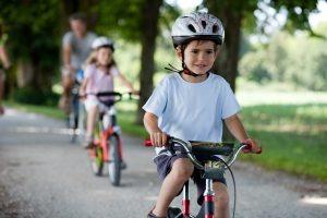 Soll ein eigenes Fahrrad für ein Kind her? Sobald dies sieben Jahre alt ist, ist das sogar ein Muss.