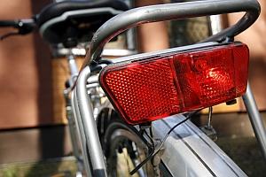 Beim Fahrrad ist das Rücklicht keine Pflicht, der Rückstrahler dagegen schon.