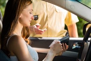 Müssen Sie Ihren Führerschein abgeben, geschieht das aufgrund eines Paragraphen aus der FeV - Gesetz ist Gesetz