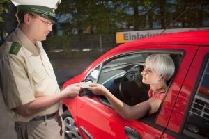 Auf dem Führerschein werden Kennziffern notiert.