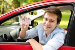 Frischer Führerschein? In der Probezeit kann Alkohol am Steuer dazu führen, dass er Ihnen entzogen wird.