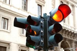 Geblitzt bei gelber Ampel: Springt diese unterdessen auf Rot, können Sanktionen für einen Rotlichtverstoß anfallen.
