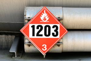 Gefahrenzeichen an einem LKW weisen auf einen Gefahrguttransport hin.