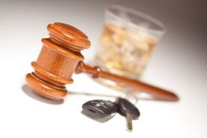 Eine Geldstrafe wird bei Alkohol am Steuer fällig, sobald Sie einen Promillewert von 1,1 aufweisen und fahren.