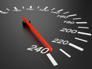 Die Geschwindigkeitsüberschreitung wird auf einem Tacho angezeigt.