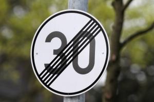 Die Geschwindigkeitsbegrenzung wird oft durch ein Schild mit Diagonallinien aufgehoben,  dies muss aber nicht stets der Fall sein.