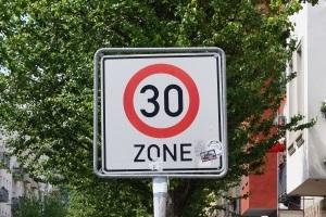 Die Geschwindigkeitsbegrenzung von 50 km/h gilt innerorts nicht, wenn eine 30er Zone ausgeschildert ist.