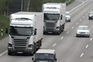 Die Geschwindigkeitsbegrenzung liegt für LKW auf der Autobahn bei 80 km/h.