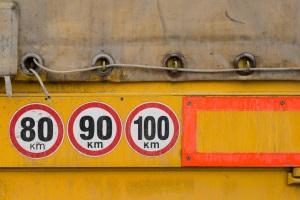 Bei Lkw ist die Höchstgeschwindigkeit außerorts auch vom zulässigen Gesamtgewicht abhängig.