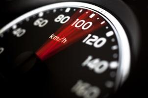 Es wird unterschieden zwischen bauartbedingter und zulässiger Höchstgeschwindigkeit.