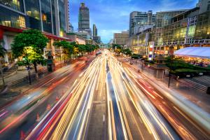 Innerorts müssen Sie ein Tempolimit von 50 km/h einhalten.