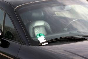 Ein Knöllchen droht beim Parken, wenn Sie dabei gegen die Straßenverkehrsordnung (StVO) verstoßen.