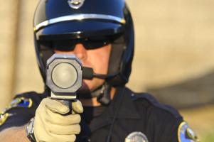 Ein Lasermessgerät wird eingesetzt, um Temposündern auf die Schliche zu kommen.