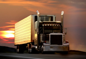 Ein LKW überholt einen anderen LKW: Nur bei einer Geschwindigkeitsdifferenz von 10 km/h erlaubt.