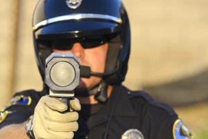 Die Laserpistole LTI 20.20 TS/KM dient der Geschwindigkeitsüberwachung.