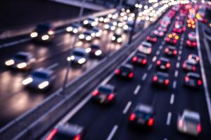 Bei einer Massenkarambolage kommt es zu immensen Schäden an Autos.