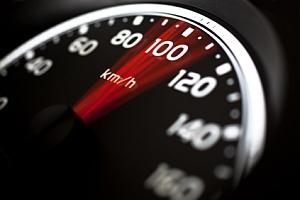 Micro-Speed 09 ist ein Blitzer ohne Blitz. Die Geschwindigkeit wird versteckt gemessen und mit Infrarotlicht dokumentiert.
