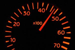 Mindestabstand auf der Autobahn: Für das Bußgeld bei einer Unterschreitung ist die Geschwindigkeit relevant.