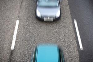 Der Mindestabstand innerorts sollte 15 Meter oder drei Fahrzeuglängen betragen.