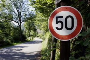 Eine Mindestgeschwindigkeit für die Landstraße gibt es ebenfalls nicht.
