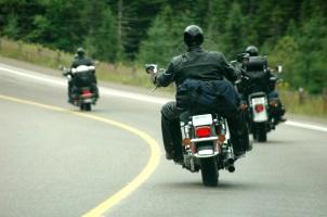 Bei einem Motorradunfall gilt es in erster Linie, Ruhe zu bewahren.