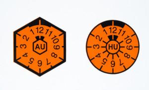 AU-Plakette und TÜV-Plakette: Die AU-Plakette ist nun nicht mehr auf dem Autokennzeichen zu finden.