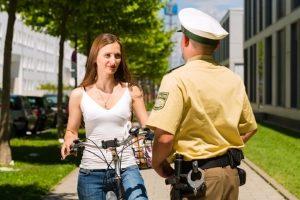 An die geltende Promillegrenze müssen sich in Deutschland auch Fahrradfahrer halten.