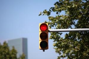 Ein qualifizierter Rotlichtverstoß führt üblicherweise zu einem Fahrverbot: Ausnahmen sind selten.